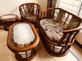 Beautiful sofa set 10/10 condition very good sofa set with table