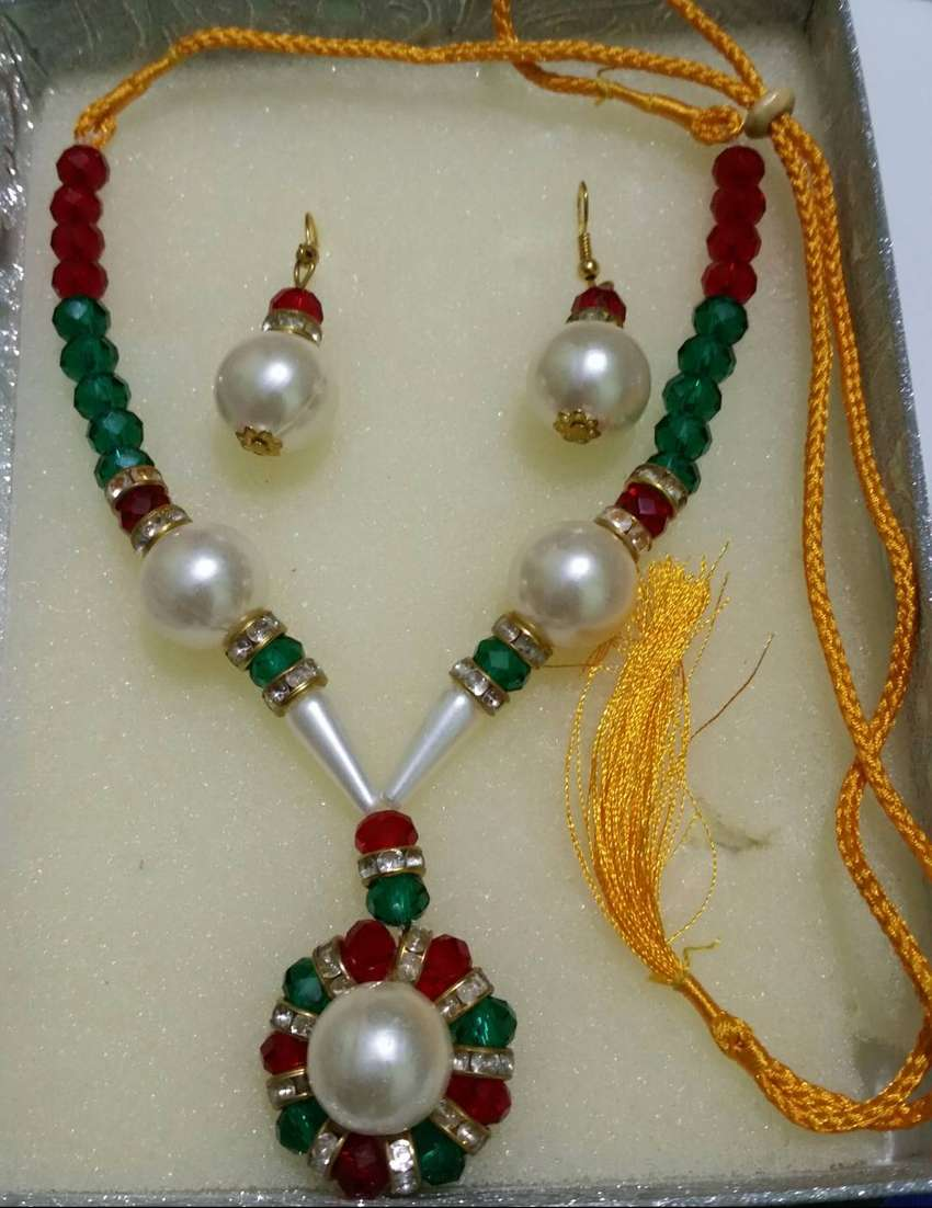 Indian Pearl and Crystal set jwellery 0