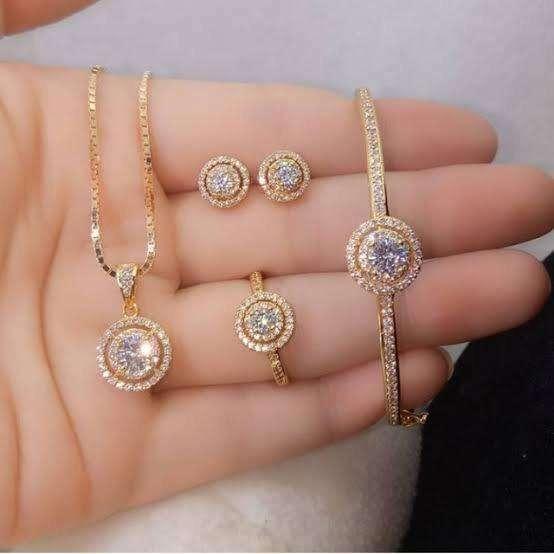 Terima perhiasan emas dan berlian 0