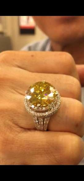 Berlian dikelilingi berlian warna kuning mewah
