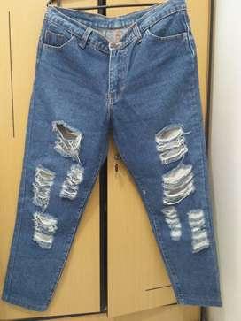 Ripped Jeans dan Blouse Monalisa