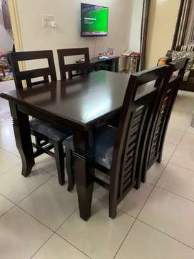 4 months old Dining Table 4 seater with 4 chairs