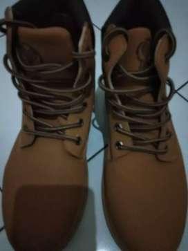 Sepatu gunung warna coklat