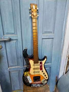 Gitar Listrik Vintage Rusak Bahan Dekorasi Cafe ala2 Memorabilia