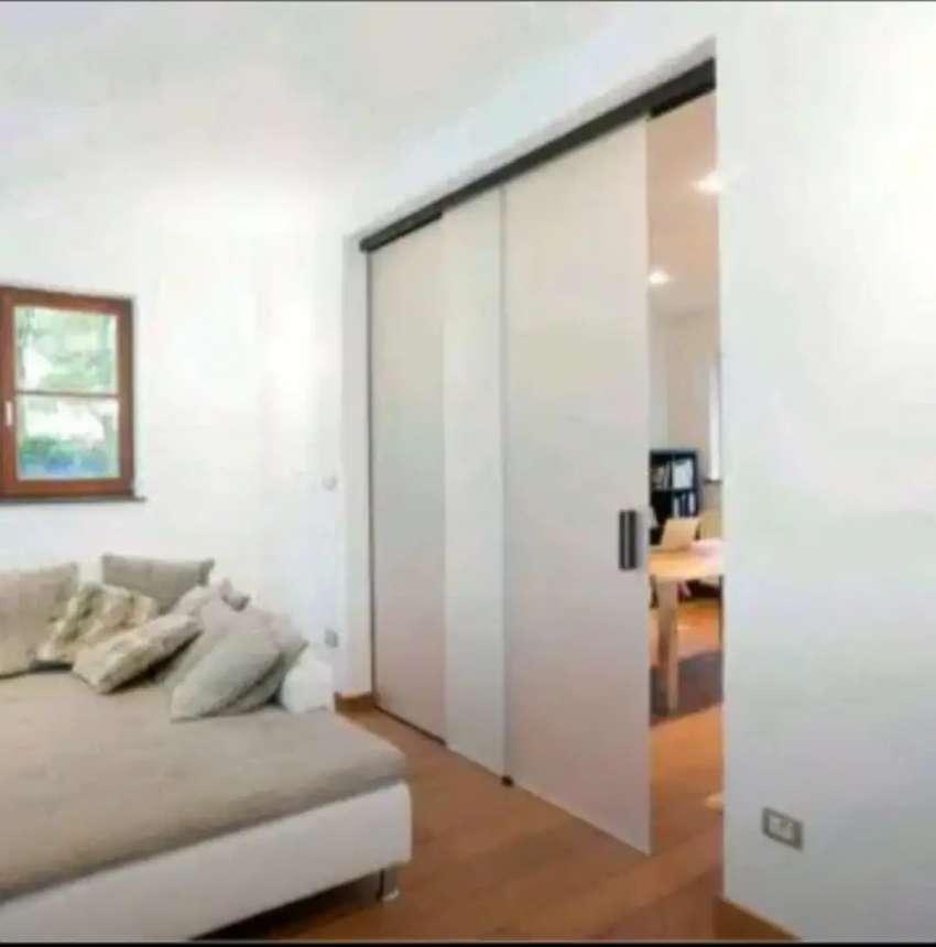 Kamar tidur yang dipasang stiker Sanblas dan kaca film