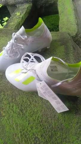 Sepatu bola Adidas..