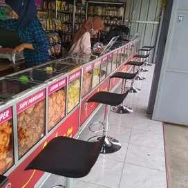 Karyawati toko keripik.