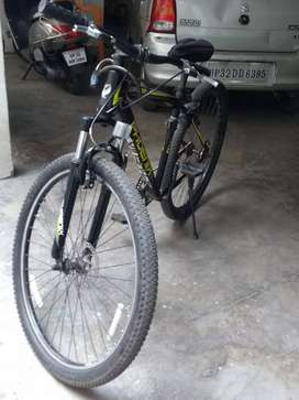 Foenix mountain bicycle ( gearless ) with suspension .