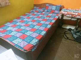 Bed good condition 4/6.5 wood bed