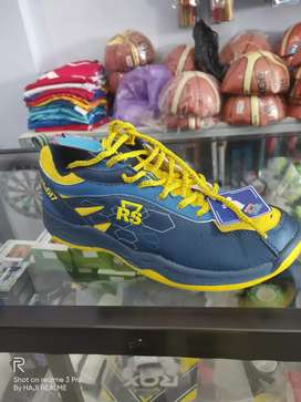 sepatu badminton RS