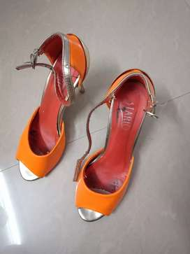 Used sandals, high heels