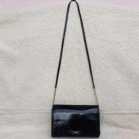 Kate Spade hitam patent leather ada no seri sling bag