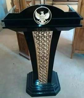 Podium pidato logo ukir garuda bahan kayu jati.