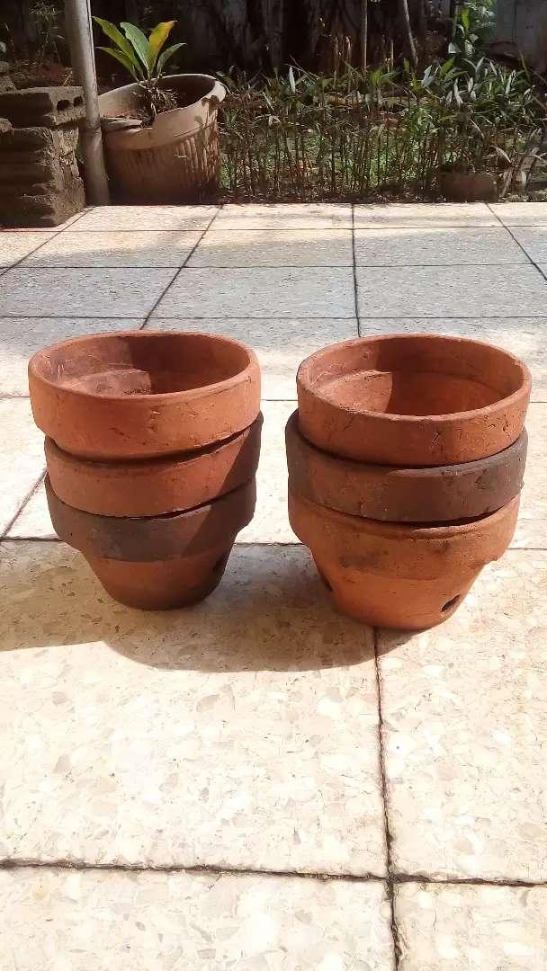 Pot tanaman bunga hias terbuat dri tanah liat ukuran 13x20 0