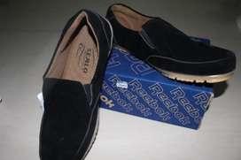 Sepatu hitam kerja pria