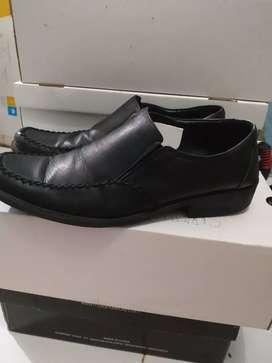 Sepatu merk grutty warna hitam size 40