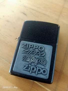 korek zippo black four logo emblem