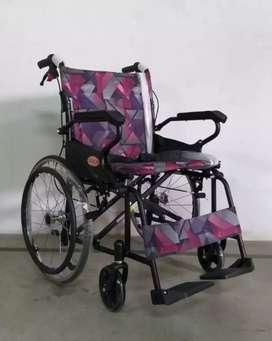 Kursi roda travelling avico hitam motif