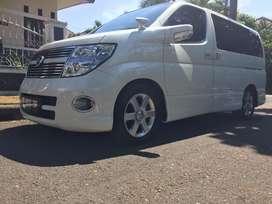 Nissan Elgrand warna putih cukup langka