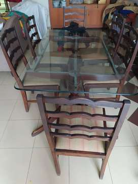 Dining Table In excellent condition, Glass top with 6 dining chairs