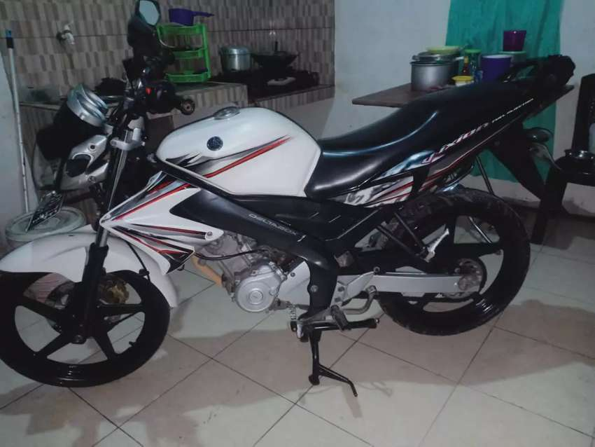 Yamaha vixion 2012 putih 0