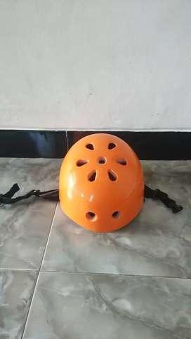 Helm outdoor sepeda, arung jeram