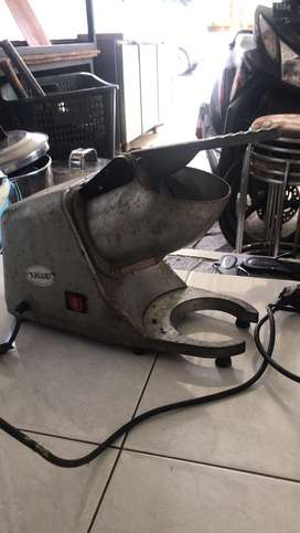 Ice crusher (mesin penghancur es)