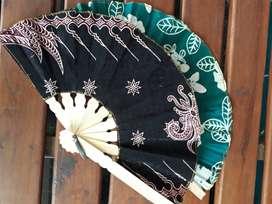 Souvenir kipas batik tanggung