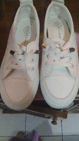 Sepatu putih ukuran 38