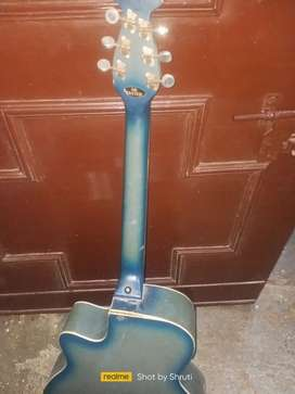 Signature guitar...2 taar nahi hai..baki sab thik hai..