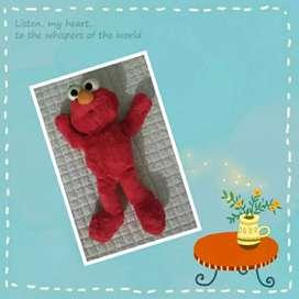 Boneka elmo merah
