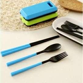 Satu set sendok makan garpu dan sumpit