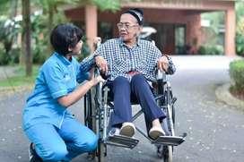 Perawat lansia perempuan