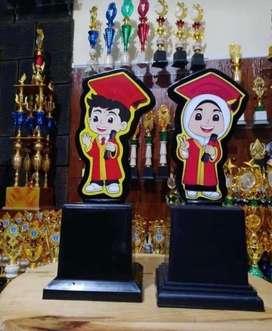 Piala Karakter boneka wisuda kelulusan