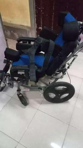 Kursi roda berkebutuhan khusus masih lengkap