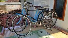 Sepasang kekasih sepeda ontel