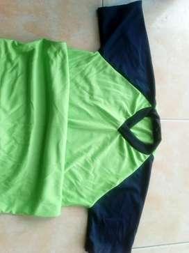 Baju olahraga dan seragam sekolah