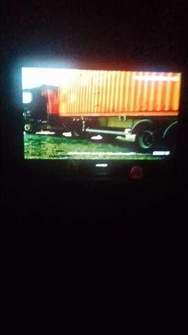 TV POLYTRON 32 in DVD merek plip lecet dikit yng atas nya