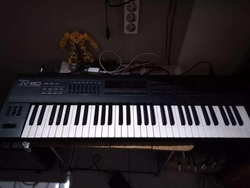 Roland JV-80 synthesizer 0