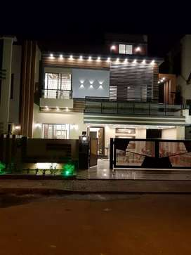 10 Marla Luxurious House for sale in Bahria town (Prime location!)