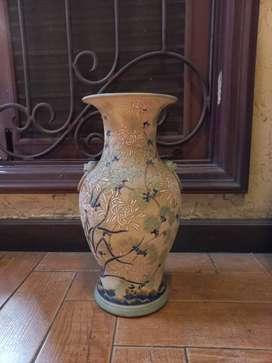 Guci keramik dengan motif bunga