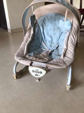 Baby rocker with music & vibration