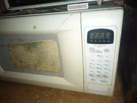 Dawlance full sized microwave oven perfectly working.