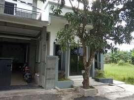 Rumah Mewah 2 Lantai + Kontrakan 7 Pintu + Tanah Kosong 300 M², Teluk