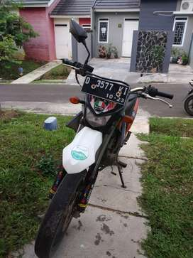Motor trail Kawasaki D-Tracker warna orange