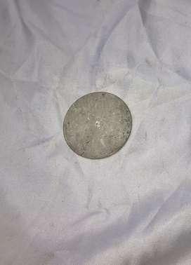 Plat besi bulat kecil hasil hidrolik. Bukan gergajian