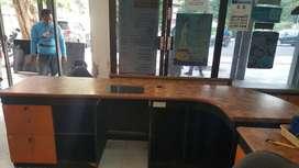 Meja kantor bentuk L kecil