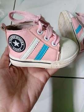 Sepatu walker bayi cewek.  Nett
