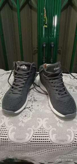 Sepatu pria DIADORA