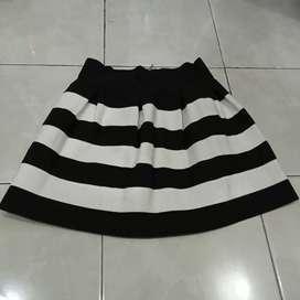 Rok mini salur hitam putih preloved